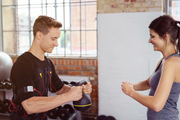 sportler trainiert mit kettlebell im fitness-studio