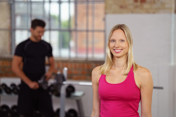 attraktive frau im fitness-center
