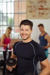 sportlicher mann trainiert mit kurzhanteln