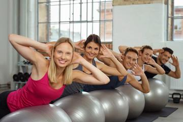 gruppe macht einen pilates-kurs im fitnessstudio