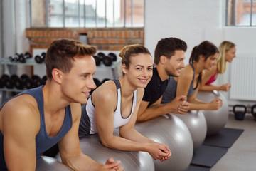 sportliche junge leute im fitness-studio