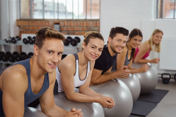 motivierte gruppe im fitness-studio