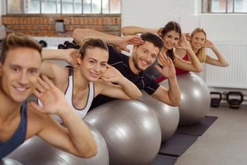 junge leute trainieren im fitnessstudio