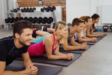 sportliche gruppe in einem fitnesskurs