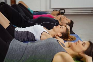sportler entspannen im liegen mit geschlossenen augen