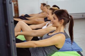 gruppe beim aerobic im fitness-studio