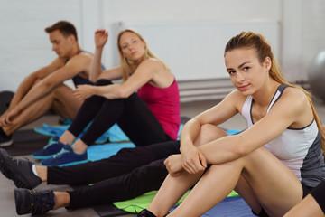 gruppe macht eine pause beim fitness-training
