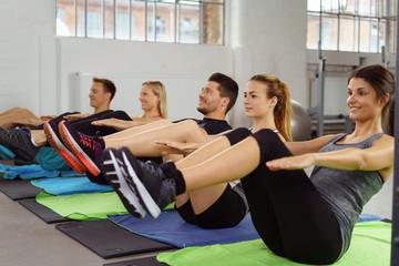 sportliche gruppe macht aerobic im studio