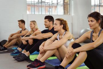 gruppe im fitness-studio hört aufmerksam zu
