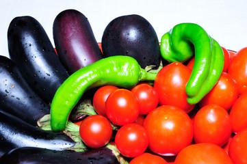 Melanzane peperoni e pomodori