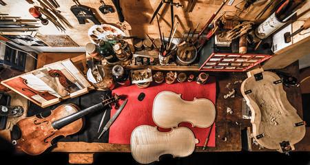 Violin maker workshop - Banco da lavoro liuteria italiana con violino, forma, tavole grezze e attrezzi