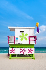 Fototapete - Colorful lifeguard tower on South Beach in Miami