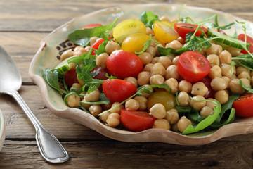 insalata vegetariana di ceci pomodori rucola e cetrioli