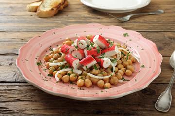 insalata di ceci con pesce e cipolla sondo tavolo di cucina rustico