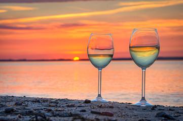 Fototapete - Weinglas am Strand Sonnenuntergang