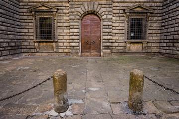 façade d'un bâtiment, d'une prison avec sa porte et ses fenêtres à barreaux