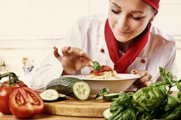 Köchin bei der arbeit  Köchin Bei Der Arbeit | ambiznes.com