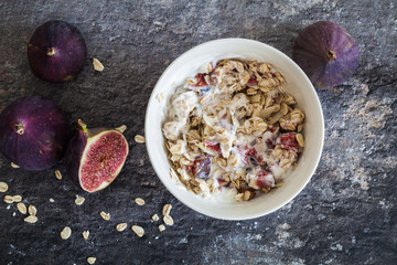 Quick cereal breakfast with figs