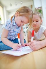 Zwei Mädchen malen Bild mit Filzstiften