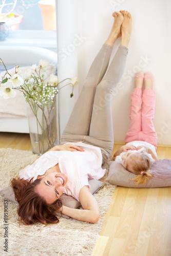 mutter und tochter entspannen sich zu hause 119590853. Black Bedroom Furniture Sets. Home Design Ideas