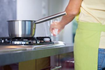 casserole chaude au bord d'une cuisine