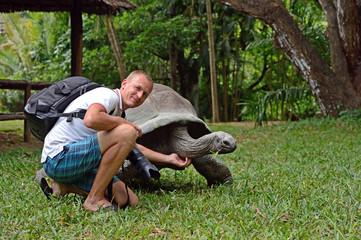 The photographer photographs a turtle