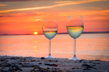 Fototapete - Weingläser im Sonnenuntergang