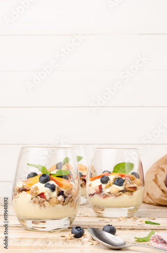 """Granola with peaches, yogurt and blueberries"" Fotos de ..."