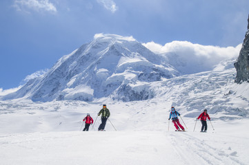 Wall Mural - mehrere Skifahrer vor der herrlichen Kulisse der Monte Rosa