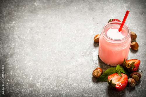 """""""Strawberry smoothie with milk and nuts."""" Fotos de archivo ..."""