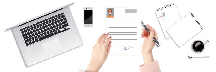 Person unterschreibt ein Anschreiben auf dem Schreibtisch