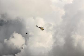 Hubschrauber im Wolkenmeer