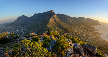 Spoed Fotobehang Zuid Afrika View of Table Mountain and 12 Apostles from Lion's Head. Cape Town. Western Cape. South Africa