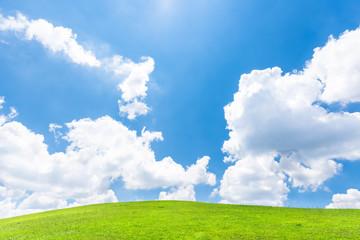 青空と緑の丘