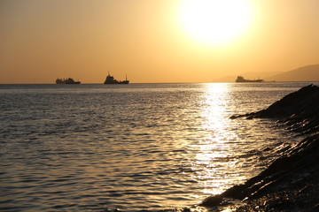 закат на море и корабли