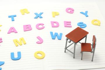 机とアルファベットの文字 英語 勉強イメージ