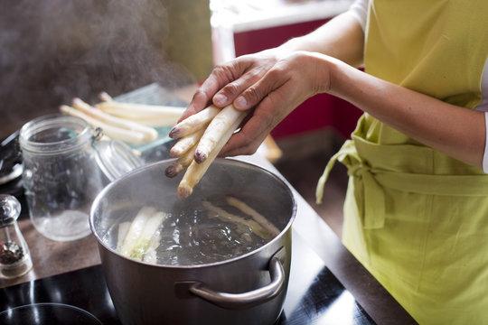 cuisson des asperges dans une casserole