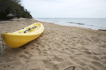 Canoa gialla in spiaggia