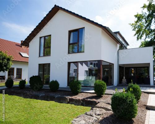Weisses Einfamilienhaus Mit Terrasse Und Garten Stockfotos Und