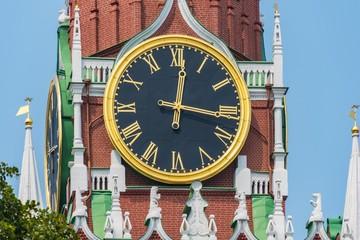 Uhr am Historischen Museum Moskau