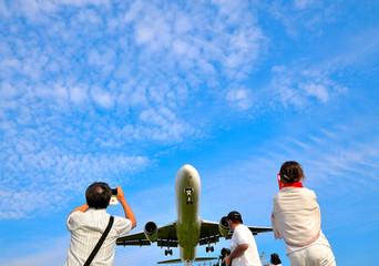 着陸/迫力満点で飛行機を撮影する人物