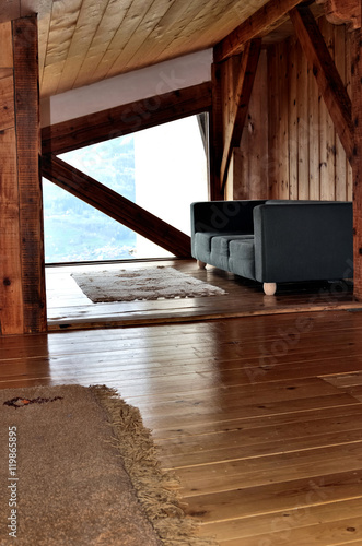 Int rieur bois d 39 un chalet sous pente de toit avec canap immagini e fotografie royalty free - Interieur chalet berg foto ...