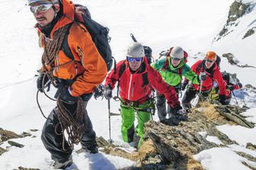 Bergführer führt eine Seilschaft an