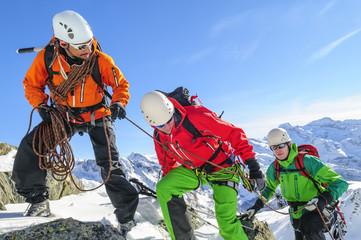 Teamwork am Seil bei einer Hochtour im Gebirge