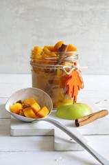 Kürbischutney mit Äpfeln, Rosinen und Zimt