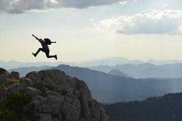 dağların zirvesine ulaşan dağcı