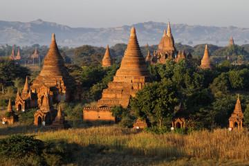 Le soleil se lève sur les pagodes de Bagan