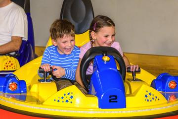 Geschwister haben Spaß beim Scooter-Fahren