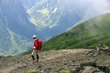穂高連峰を振り返る登山者