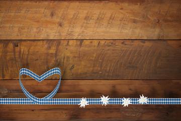 Bayrische Rauten-Schleife mit Edelweiß auf Holztisch